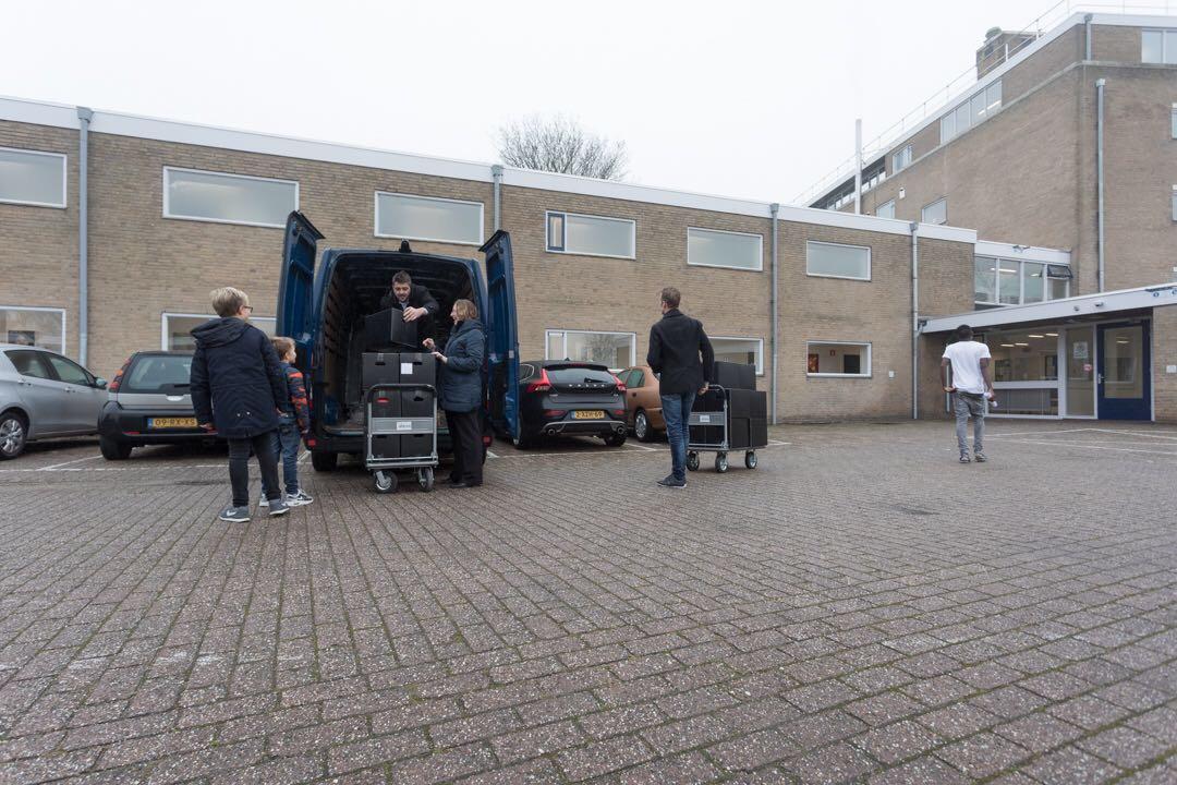 JCI Walcheren verrast 100 gezinnen AZC met kerstpakket